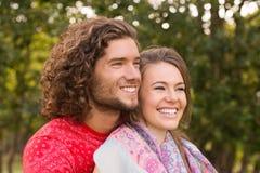 逗人喜爱的夫妇在公园 图库摄影