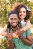 逗人喜爱的夫妇在公园 免版税库存图片