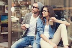 逗人喜爱的夫妇在咖啡馆外面 库存照片