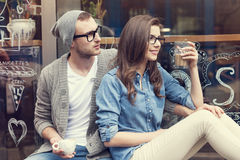 逗人喜爱的夫妇在咖啡馆外面 免版税库存照片