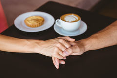 逗人喜爱的夫妇在握手的日期 免版税库存图片