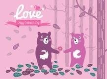 逗人喜爱的夫妇熊在森林里。 库存图片