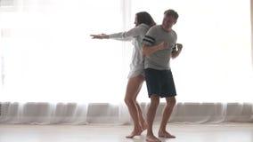 逗人喜爱的夫妇跳舞的慢动作在卧室 股票视频