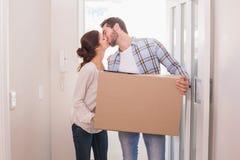 逗人喜爱的夫妇运载的纸板箱 库存图片