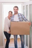 逗人喜爱的夫妇运载的纸板箱 图库摄影