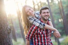 逗人喜爱的夫妇 免版税库存照片