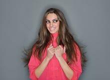 逗人喜爱的头发长的微笑的妇女年轻&# 免版税库存图片