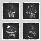 逗人喜爱的套明亮的杯形蛋糕和咖啡在黑板后面的 免版税图库摄影
