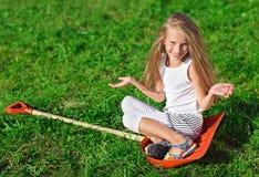 逗人喜爱的女孩一点塑料红色铁锹开&# 库存图片