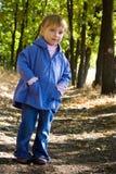 逗人喜爱的女孩一点走木头 库存照片