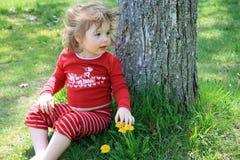 逗人喜爱的女孩下少许结构树 免版税库存照片
