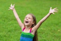 逗人喜爱的女孩与开放胳膊的七年 免版税库存图片