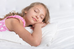 逗人喜爱的女孩休眠的一点 免版税库存图片