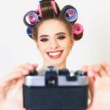 逗人喜爱的女孩做一foto selfie在葡萄酒照相机 库存图片