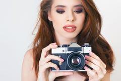 逗人喜爱的女孩做一foto selfie在葡萄酒照相机 图库摄影
