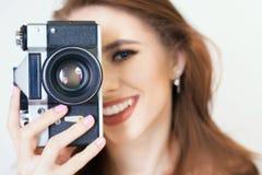 逗人喜爱的女孩做一foto selfie在葡萄酒照相机 库存照片