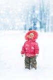 逗人喜爱的女孩冬天纵向 免版税图库摄影