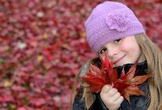 逗人喜爱的女孩列表槭树红色 库存照片