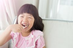 逗人喜爱的女孩刷子牙 库存照片