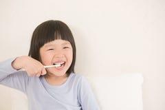 逗人喜爱的女孩刷子牙 库存图片
