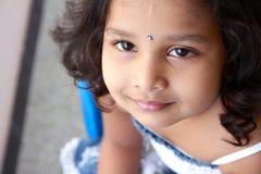 逗人喜爱的女孩印第安小的纵向 免版税库存照片