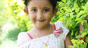 逗人喜爱的女孩印第安微笑 免版税图库摄影