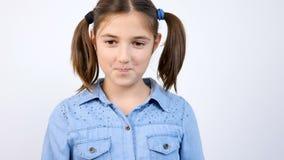 逗人喜爱的女孩口香糖和吹bubblegum泡影轻快优雅慢动作画象  股票视频