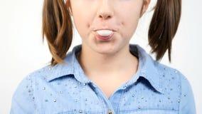 逗人喜爱的女孩口香糖和吹bubblegum泡影轻快优雅画象的慢动作关闭  影视素材
