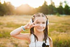 逗人喜爱的女孩听的音乐和跳舞 免版税库存照片