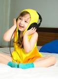 逗人喜爱的女孩听的音乐 免版税库存图片