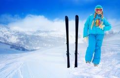 逗人喜爱的女孩和她的山滑雪 免版税库存图片