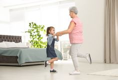 逗人喜爱的女孩和她的祖母跳舞 库存照片