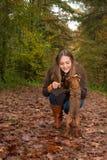 逗人喜爱的女孩和她的litle狗 库存图片