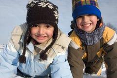 逗人喜爱的女孩和男孩冬天纵向 免版税库存照片