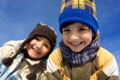 逗人喜爱的女孩和男孩冬天纵向 库存照片