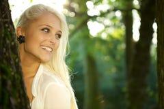 逗人喜爱的女孩在一个绿色公园 免版税库存照片