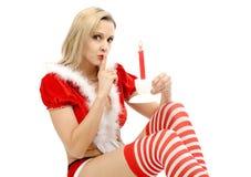逗人喜爱的女孩在与一个蜡烛的圣诞老人衣服 免版税库存照片