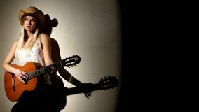 逗人喜爱的女孩在有明亮的声学吉他使用 股票录像