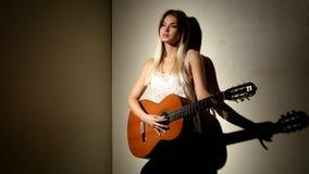 逗人喜爱的女孩在有明亮的声学吉他使用 影视素材
