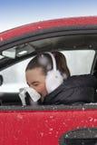 逗人喜爱的女孩在汽车打喷嚏 库存图片