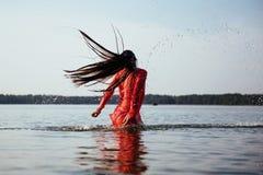 逗人喜爱的女孩在水中沐浴 免版税图库摄影