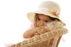 逗人喜爱的女孩她拥抱少许玩具 免版税库存照片