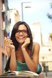 逗人喜爱的女孩室外微笑的研究 库存照片