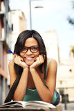 逗人喜爱的女孩室外微笑的研究 免版税库存照片