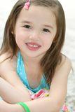 逗人喜爱的女孩小微笑的小孩 免版税图库摄影