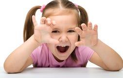 逗人喜爱的女孩小的显示的老虎 库存图片