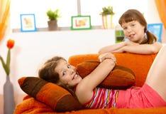 逗人喜爱的女孩小的沙发 库存照片