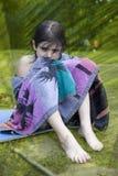 逗人喜爱的女孩少许坐的毛巾换行 免版税库存照片