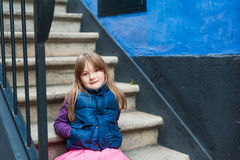 逗人喜爱的女孩少许室外纵向 免版税库存照片