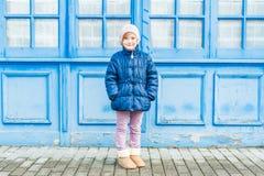 逗人喜爱的女孩少许室外纵向 图库摄影